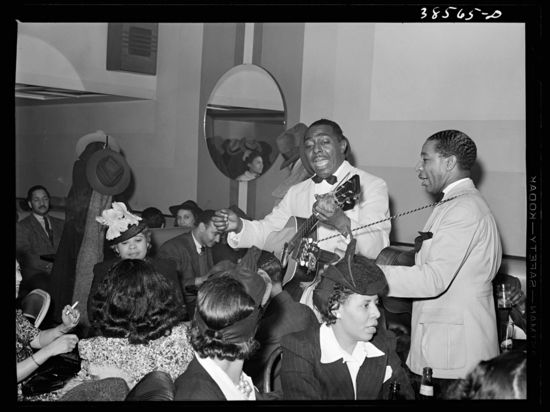 Russell Lee Entertainers at Negro tavern. Chicago, Illinois
