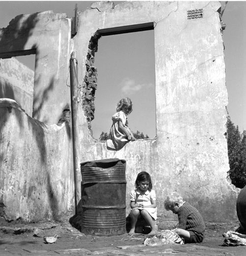 Constance Stuart Larrabee Children in Ruined Building 19 (1)