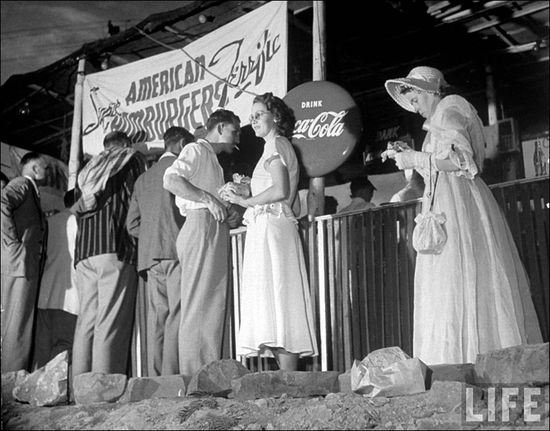 09 Margaret Bourke White Afrikaners line up at American Hamburgers